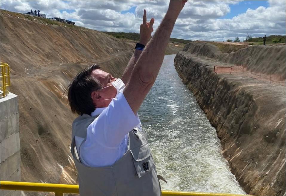 Emoção: Bolsonaro acompanha a chegada das águas do São Francisco no Ceará, assista