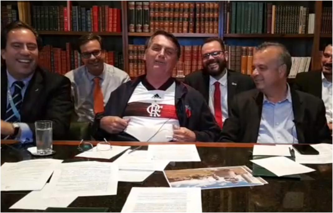 Bolsonaro elogia o Flamengo por transmitir jogo pelo YouYube e quebrar