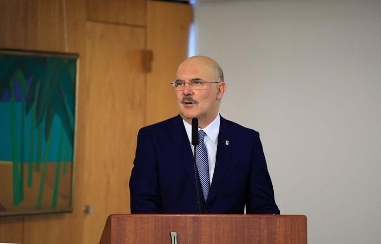 Ministro da Educação diz que falta de fé transformou jovens em