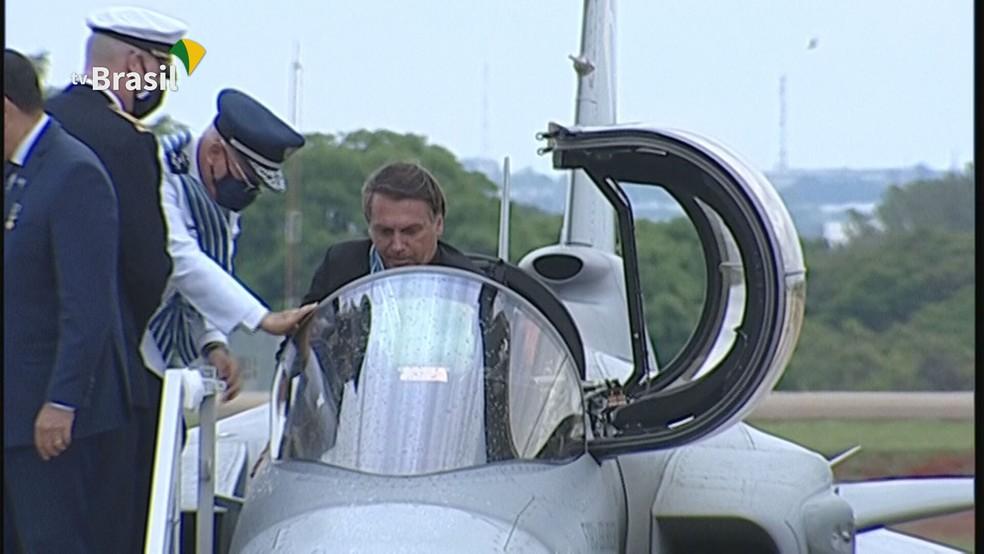 Bolsonaro batiza caça da Força Aérea: