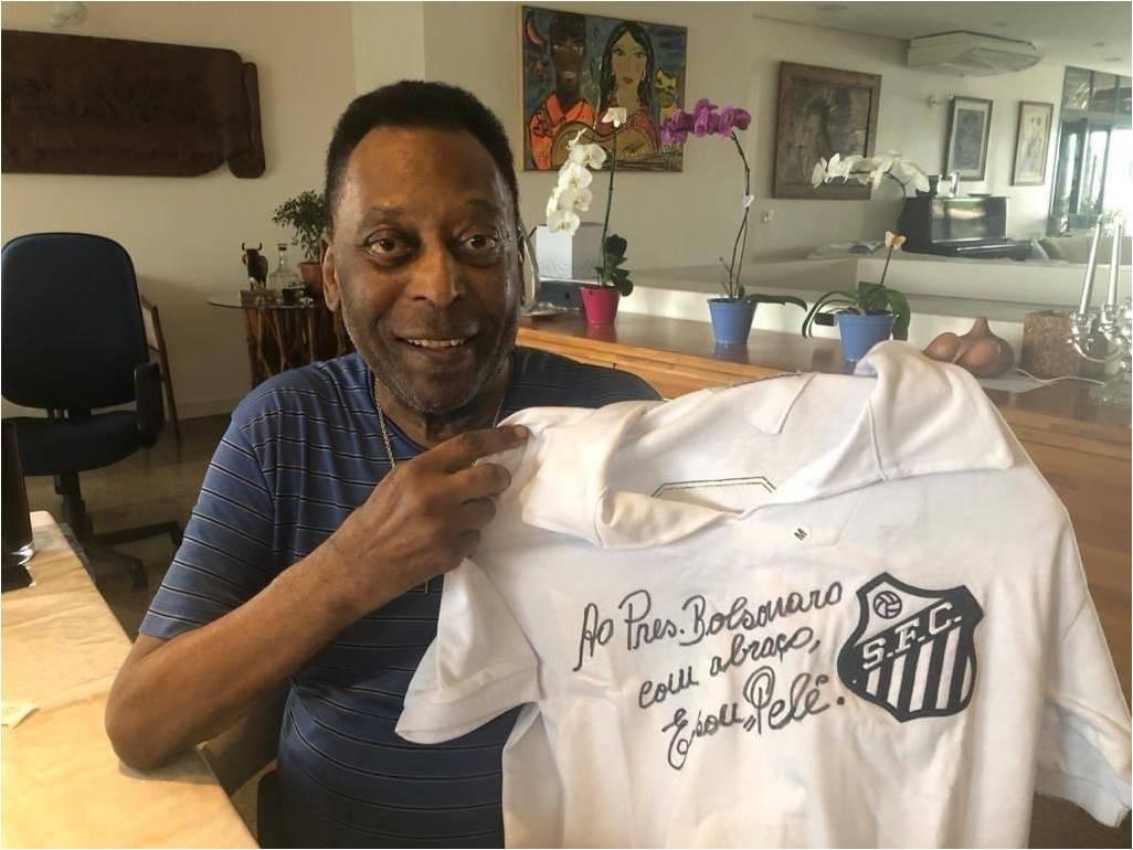 Pelé dedica camisa do Santos para o presidente Bolsonaro e posta foto