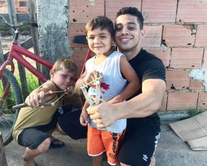 """Gabriel Monteiro encontra meninos que caçavam para comer: """"Confesso que chorei"""""""