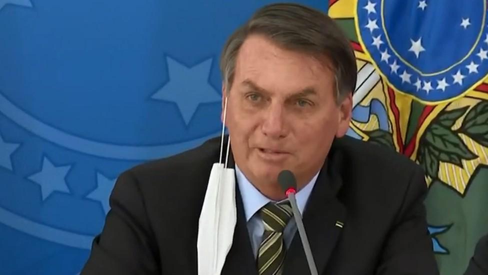 Bolsonaro questiona eficiência das máscaras e diz que esse é