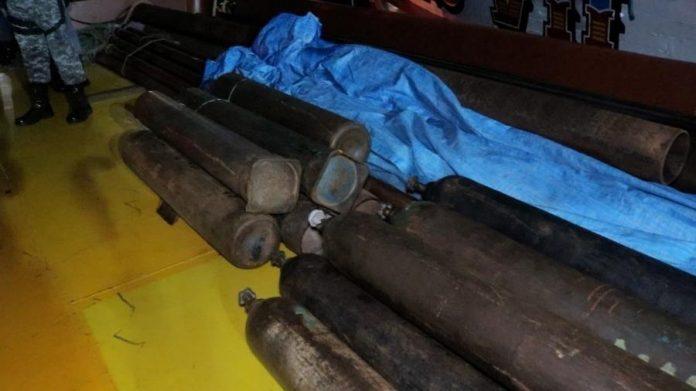 Polícia encontra outros 40 cilindros de oxigênio escondidos em balsa no Amazonas
