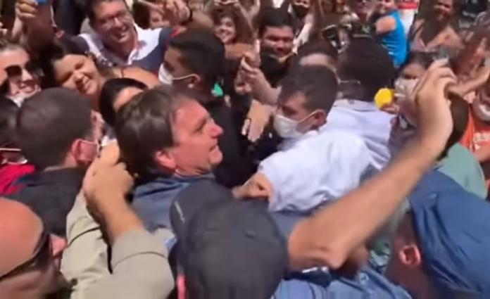 Bolsonaro testa popularidade e arrasta multidão aos gritos de