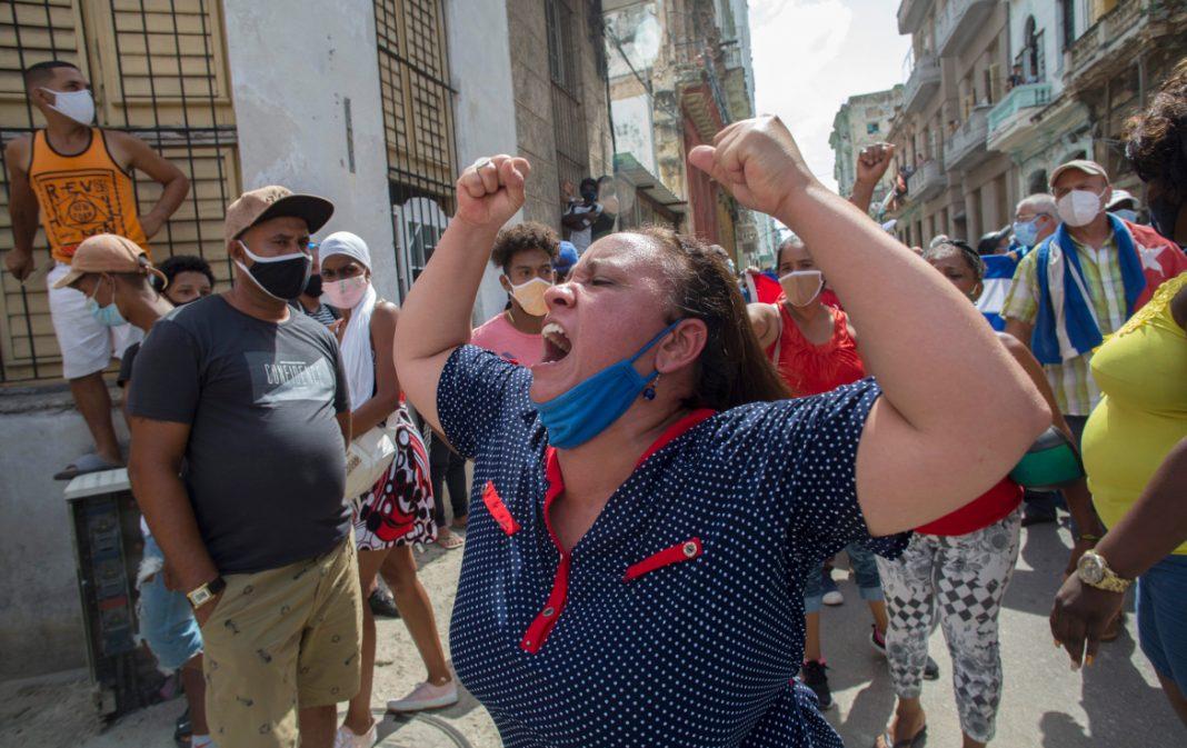 """""""As pessoas estão literalmente morrendo de fome"""", diz cubana sobre protestos no país"""