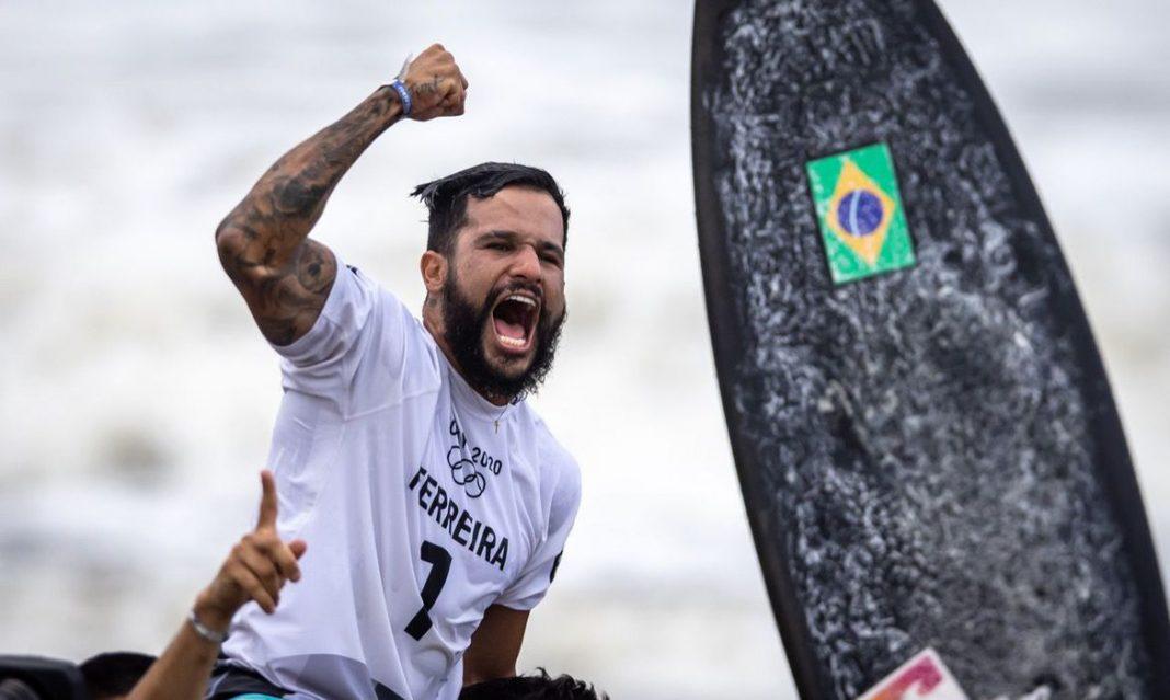 """""""Corrupção mata mais que vírus"""", disse campeão olímpico de surf, Ítalo Ferreira"""