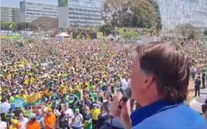 Bolsonaro discursando para multidão na Esplanada dos Ministérios, em Brasília, em 7 de setembro de 2021. Foto: reprodução